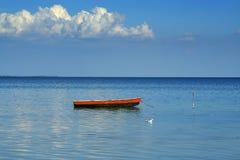 Um barco, uma gaivota e uma nuvem Foto de Stock Royalty Free