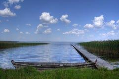 Um barco velho no lago calmo Foto de Stock