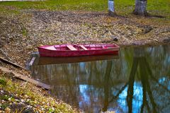 Um barco vermelho Imagem de Stock