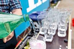 Um barman faz um cocktail sobre o contador exterior da barra fotos de stock royalty free