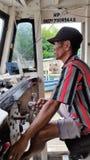 Um barqueiro conduz o barco tradicional fotografia de stock royalty free