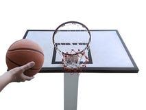 Um basquetebol do jogo do homem Opinião de baixo ângulo da aro de basquetebol contra no fundo branco Foto de Stock
