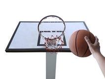 Um basquetebol do jogo do homem Opinião de baixo ângulo da aro de basquetebol contra no fundo branco Fotos de Stock Royalty Free