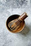 Um batedor de ovos de bambu do chá para o chá do matcha Fotografia de Stock