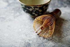 Um batedor de ovos de bambu do chá para o chá do matcha Imagem de Stock