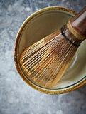 Um batedor de ovos de bambu do chá para o chá do matcha Foto de Stock Royalty Free