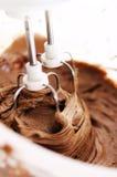 Um batedor elétrico com chocolate imagem de stock royalty free