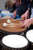 Um baterista com hashis Imagens de Stock Royalty Free