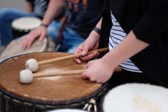 Um baterista com hashis Foto de Stock