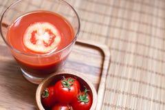 Um batido do suco de tomate e vegetais do tomate na placa de madeira Bebida para saudável e o rafrescamento Fotos de Stock