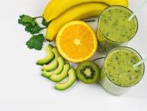 Um batido recentemente preparado do abacate, da banana, da salsa, do limão e do quivi em uma tabela de madeira branca Alimento do Imagem de Stock