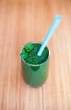 Um batido verde com hortelã em um vidro Fotos de Stock Royalty Free