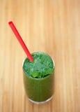Um batido verde com hortelã em um vidro Imagem de Stock Royalty Free