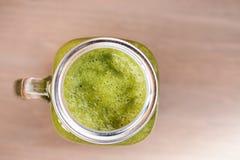 Um batido verde no frasco de pedreiro Imagens de Stock