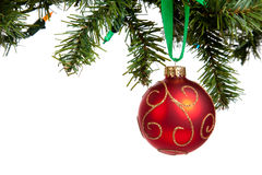 Um bauble vermelho do Natal que pendura da festão Imagem de Stock
