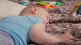 Um bebê doce que dorme na cama video estoque