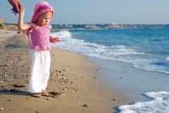 Um bebê e o mar Fotos de Stock Royalty Free