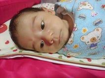 Um bebê idoso do mês que não dorme Imagens de Stock