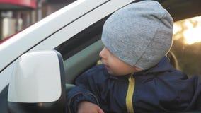 Um bebê pequeno que conduz o carro video estoque