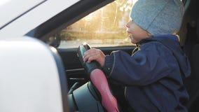 Um bebê pequeno que conduz o carro vídeos de arquivo