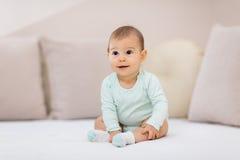 Um bebê pequeno tão feliz Fotos de Stock