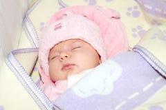 Um bebê que dorme no chapéu Fotografia de Stock