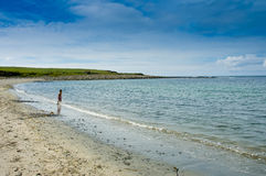 Um bebê que joga na praia abandonada bonita Imagens de Stock Royalty Free