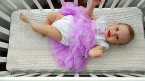 Um bebê recém-nascido é jogado em um berço de bebê vídeos de arquivo