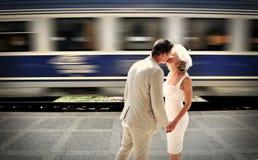 Um beijo e um trem no fundo Fotografia de Stock Royalty Free