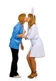 Um beijo entre um doutor e uma enfermeira Imagem de Stock Royalty Free