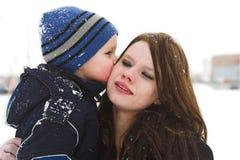 Um beijo grande para a mamã foto de stock