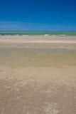Um beira-mar tropical com praia arenosa, o céu azul e Fotografia de Stock