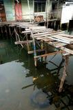 Um Belakang Padang 6 - hölzernes Pfahlhaus und Brücke lizenzfreie stockfotografie