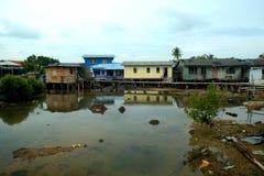Um Belakang Padang 12 - Pfahlhäuser und Boote Stockfotos