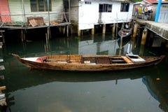 Um Belakang Padang 8 - Pfahlhaus und ein Boot lizenzfreie stockbilder