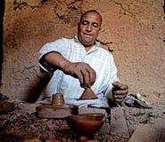 Um berber do homem ao trabalhar a cerâmica com um torno em uma vila em Marrocos fotos de stock
