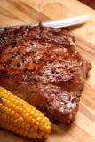 Um bife grelhado do ribeye do BBQ imagem de stock