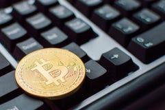 Um bitcoin dourado no teclado Conceito do cryptocurrency de Digitas imagens de stock