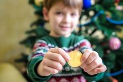 Um Bitcoin na mão do menino novo Conceito Ouro digital cripto foto de stock