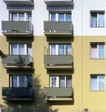 Um bloco de apartamentos fotos de stock
