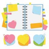 Um bloco de notas aberto colorido na mola com folhas limpas e marcador entre as páginas Um grupo de etiquetas pegajosas sob a for imagem de stock