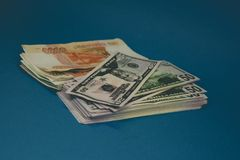 um bloco de rublos e de d?lares de russo dois punhados do dinheiro em um fundo azul riqueza da oportunidade Sucesso imagens de stock royalty free