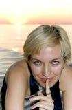 Um blonde atrativo tem o segredo! imagem de stock royalty free