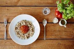Um blub do molho de tomate na decoração fresca da massa Imagem de Stock