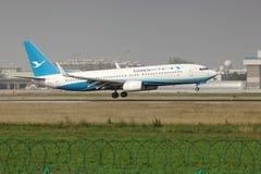 Um Boeing 737 que aterra na pista de decolagem Foto de Stock Royalty Free