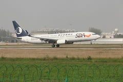 Um Boeing 737 que aterra na pista de decolagem Fotografia de Stock Royalty Free