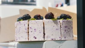 Um bolo da amora-preta Amoras-pretas na parte superior do bolo filme