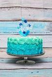 Um bolo de aniversário ciano e azul da camada imagens de stock royalty free