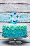 Um bolo de aniversário ciano e azul da camada fotos de stock royalty free