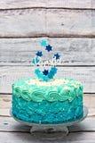 Um bolo de aniversário ciano e azul da camada imagem de stock royalty free